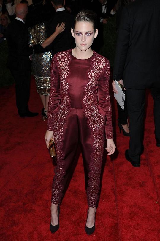 Kristen Stewart zůstala punková jen v rovině ličení a ulízlého účesu. Monochromatický overal od Stely McCartney byl spíš inspirován jejím upírským obdobím ze ságy Stmívání.