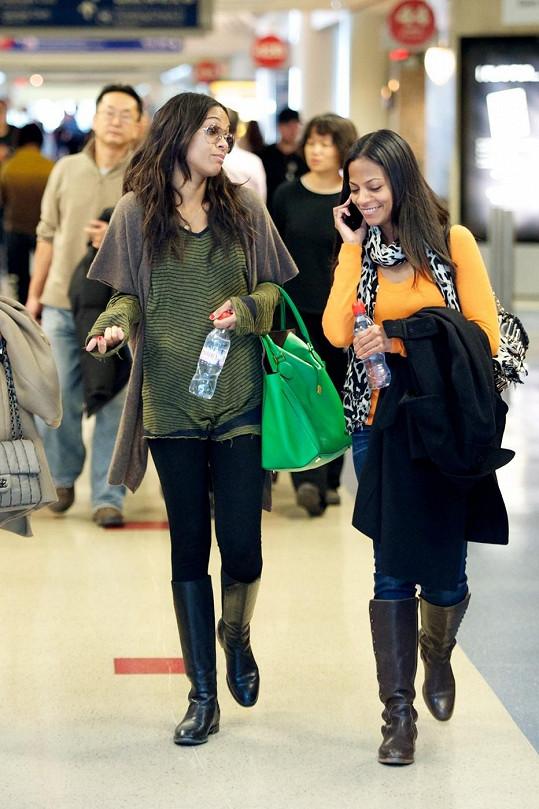 Zoe Saldana na letišti v Los Angeles se sestrou Cisley.