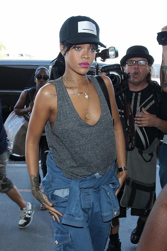 Rihanna na letišti bez podprsenky