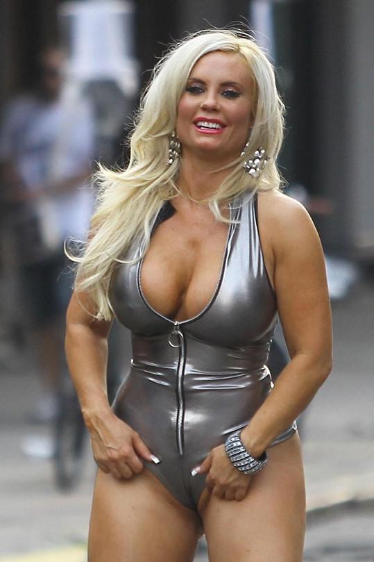 Také Coco Marie Austin se vyžívá v upnutých kostýmech.