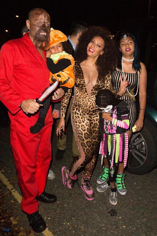 Mel B s rodinou vyráží na halloweenskou párty.