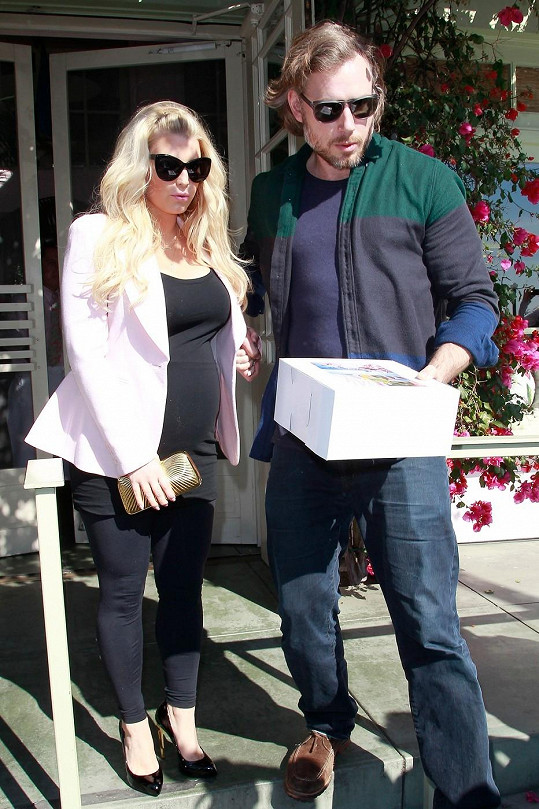 Jessica Simpson se snoubencem Ericem Johnsonem.