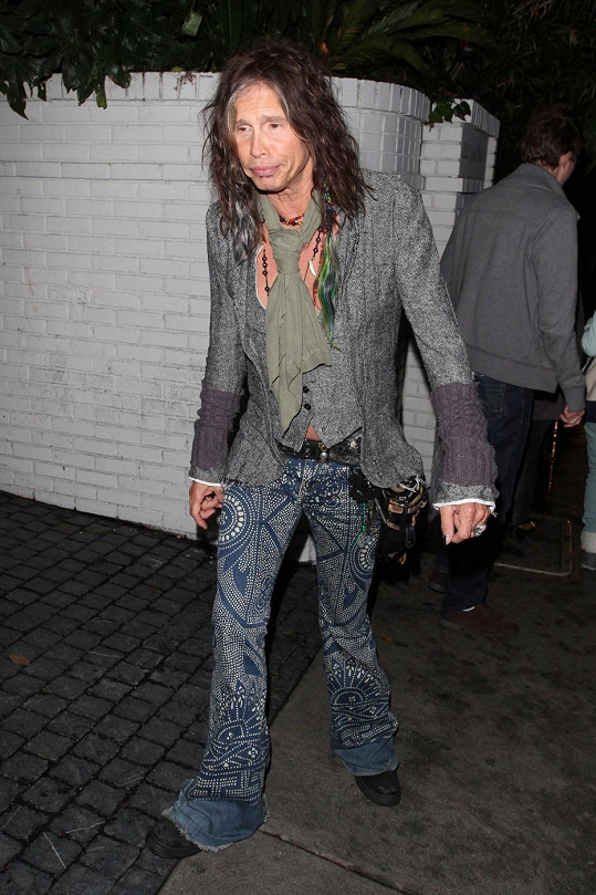 Steven Tyler odchází z párty ve West Hollywoodu.