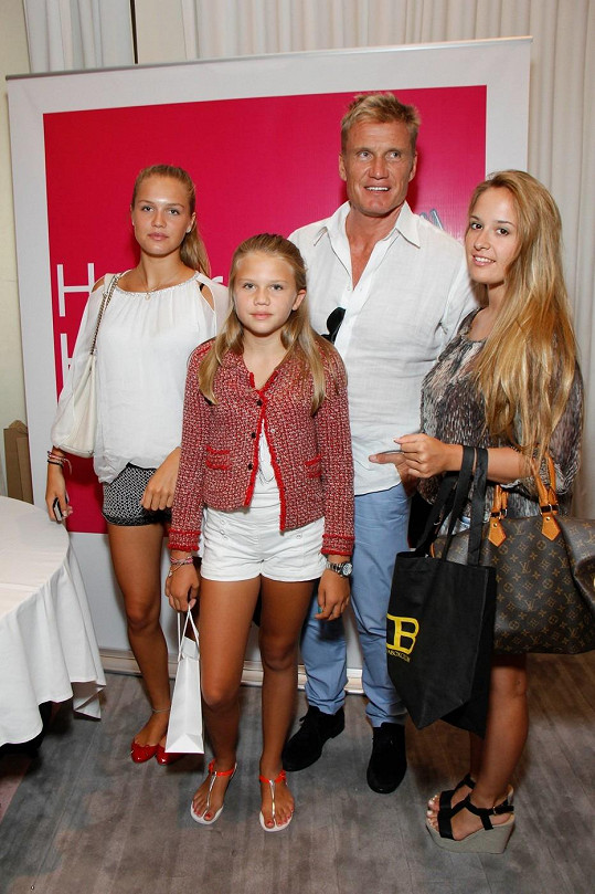 Lundgren s dcerami (po levé straně) na The Red Carpet Events L.A.