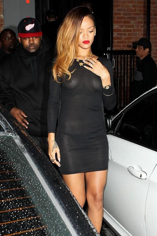Jaký asi měla záměr? Rihanna a její průsvitné šaty vzbudily velkou pozornost.