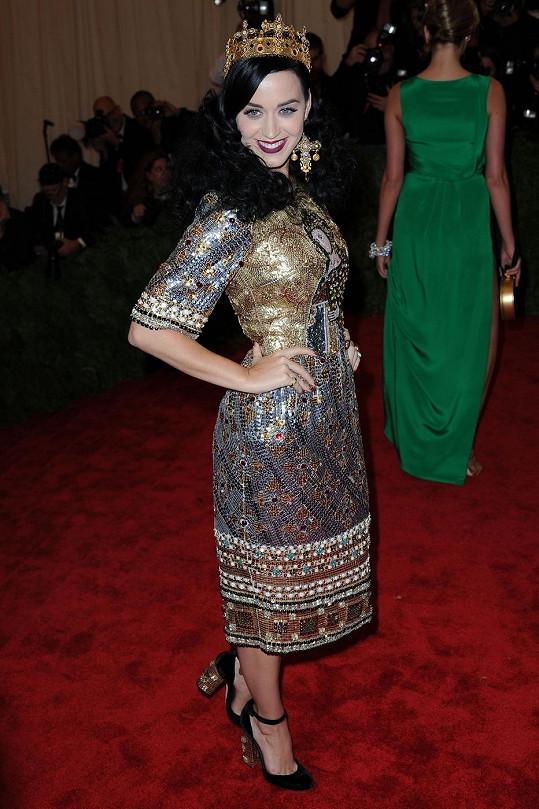 Vypadá to, že se Katy Perry sama okorunovala královnou plesu. Zřejmě se domnívala, že jí to v šatech Dolce & Gabana inspirovanými pravoslavnou ikonou božsky sluší.