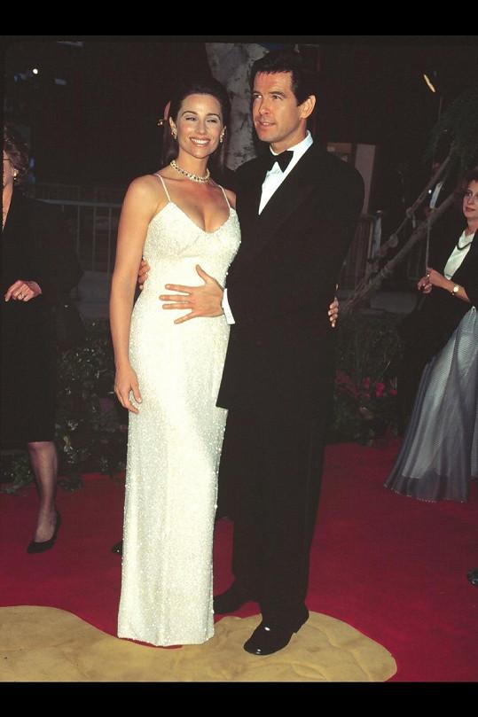 Pierce si kdysi pyšně držel svou útlou ženu v pase.