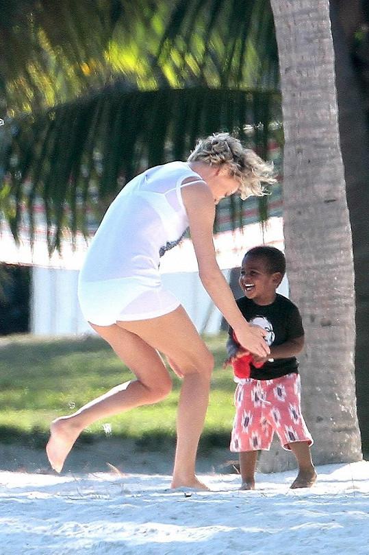 Během pauzy mezi focením se herečka věnovala synovi.