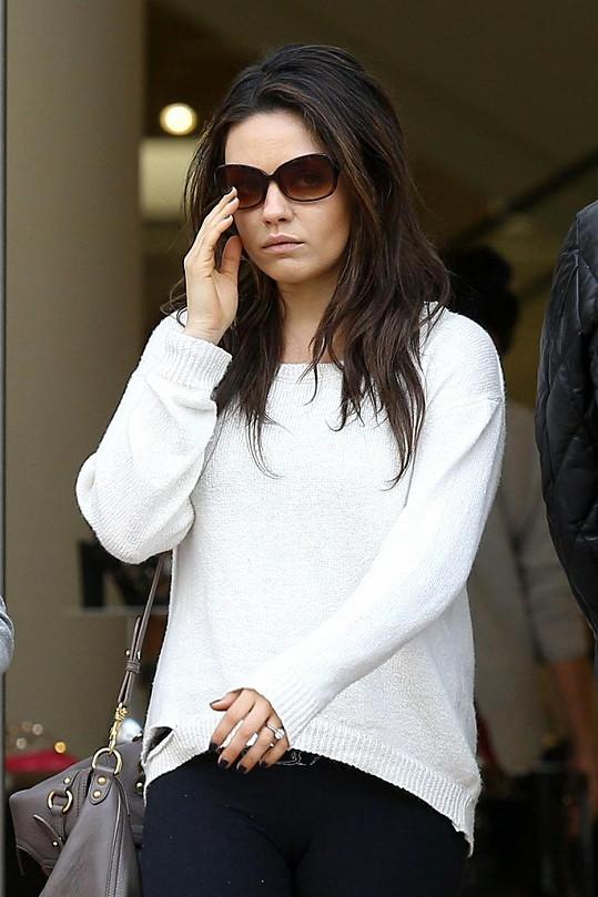 Mila Kunis ukázala zásnubní prsten.