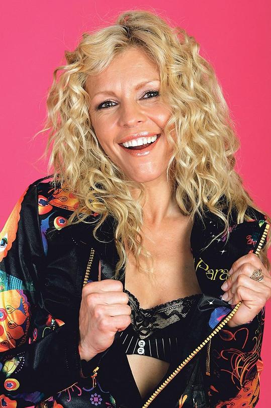 Eva Jeníčková alias Vendulka Utěšitelka z Básníků to s blond barvou moc nevychytala.