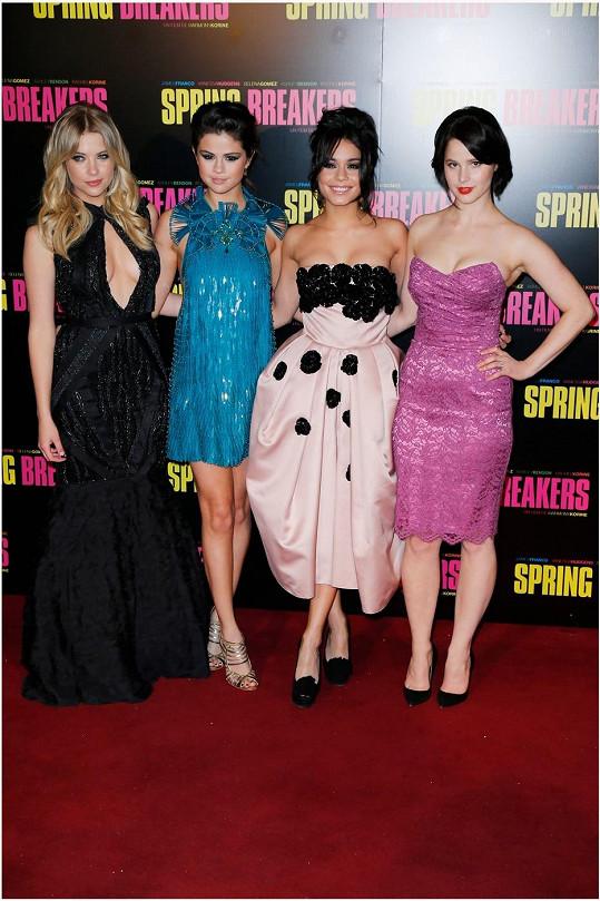 Zleva: Ashley Benson, Selena Gomez, Vanessa Hudgens a Rachel Korine na premiéře v Paříži o den dříve.
