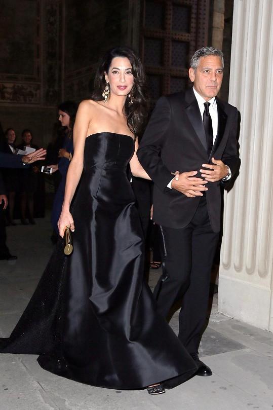 Černá róba Clooneyho manželky sálá luxusem.