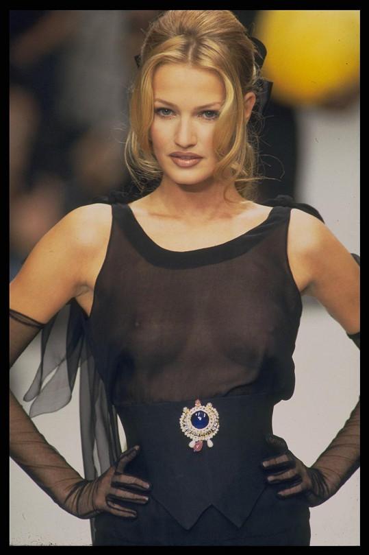 Karen na přehlídce Chanel v roce 1994.