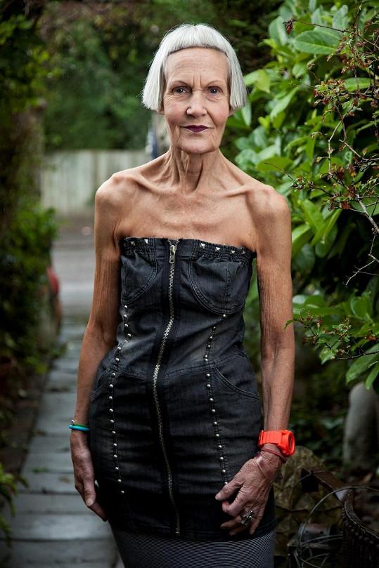 Šestasedmdesátiletá vdova se nebojí odvážných kousků.