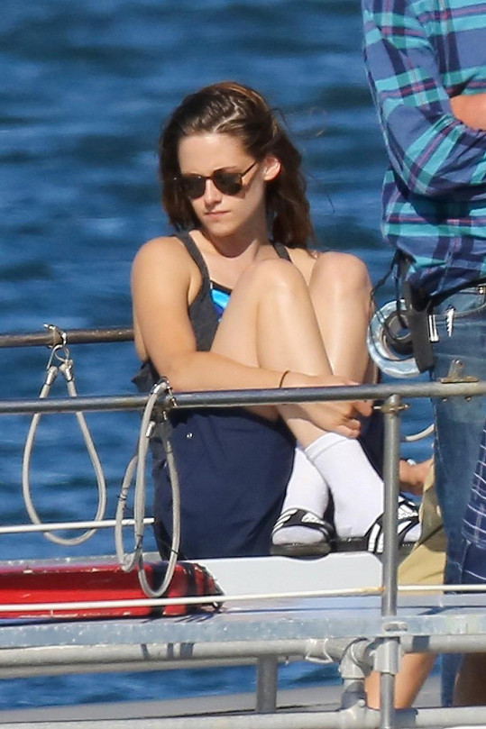 Půvabná herečka si do pantoflí neodpustila bílé vytažené ponožky.