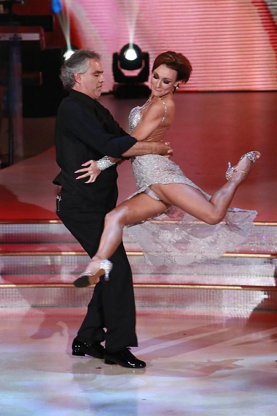Jeho taneční partnerka byla nebezpečně sexy.