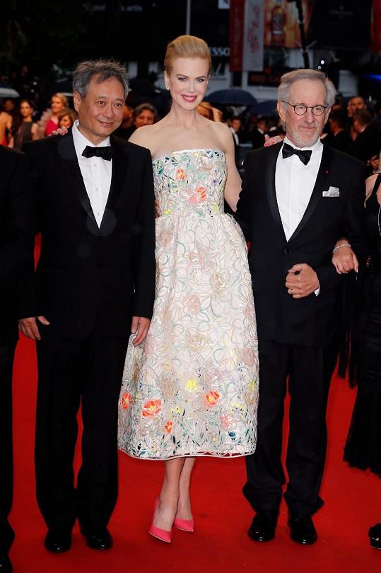 Australská herečka v šatech od Diora mezi Stevenem Spielbergem a Angem Lee.
