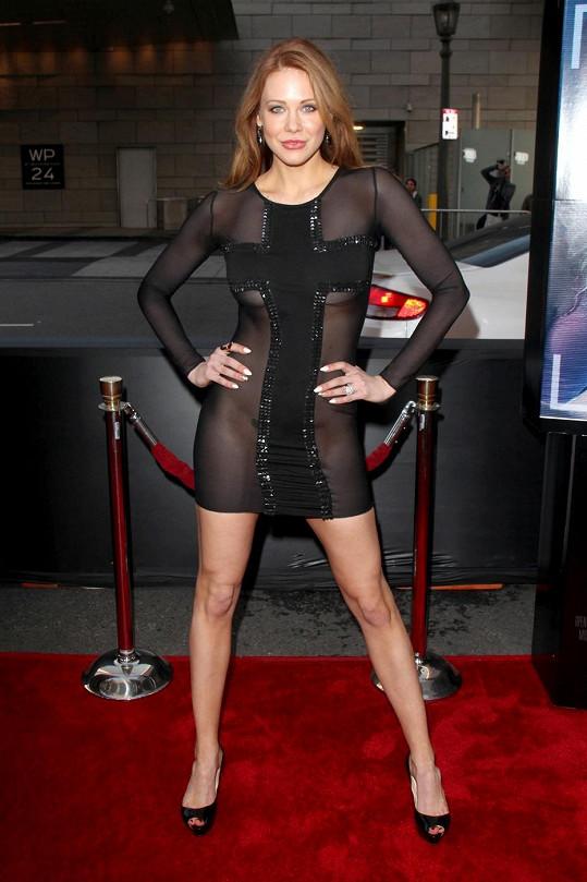 Šaty na premiéru herečka zvolila s odvahou sobě vlastní.