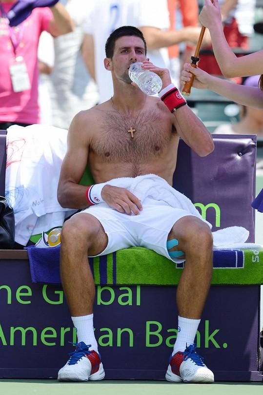 Také Novak Djokovič se pochlubil chlupatým hrudníkem.