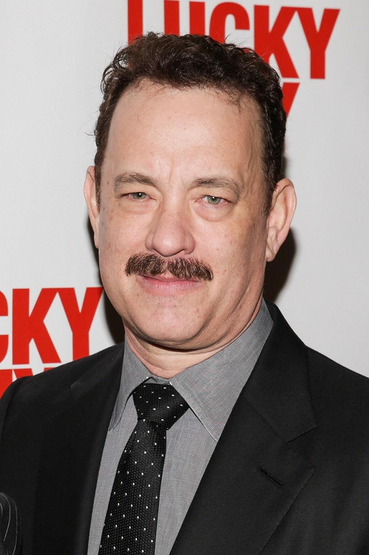 Tom Hanks hraje v Lucky Guy.