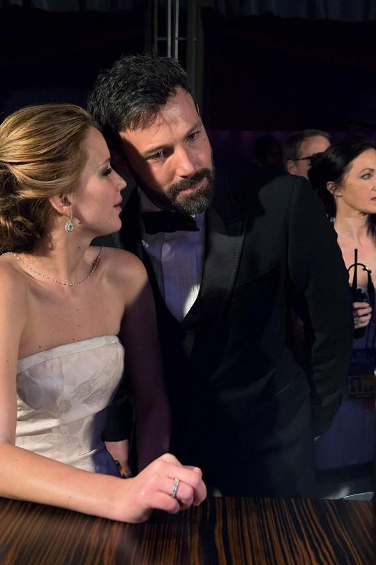 Jennifer Lawrence s Benem Affleckem o den dříve na Oscarech.
