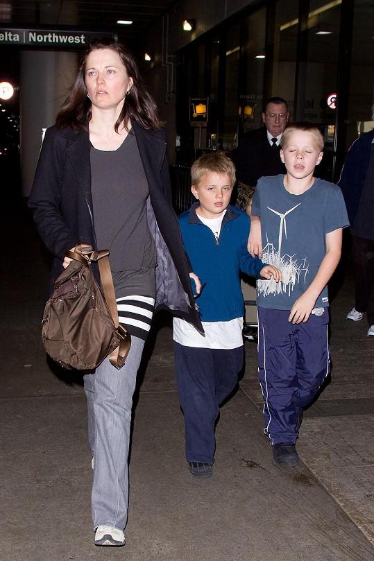 Lawless se svými dvěma syny na starším snímku