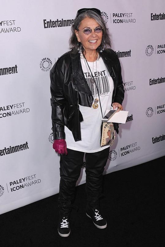 Nad stylovou Roseanne Barr nám spadla čelist.