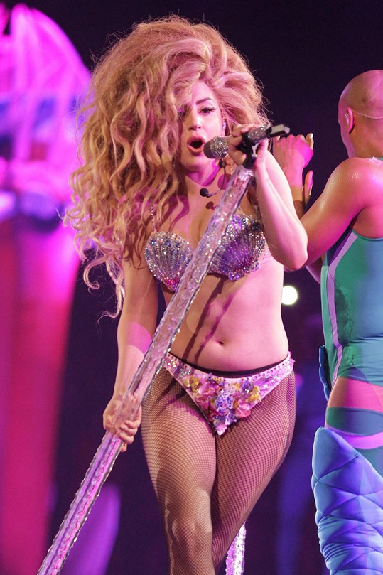 Lady Gaga by měla změnit šatník.