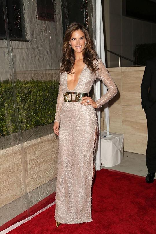 Alessandra Ambrosio si může dovolit takto odvážné šaty.