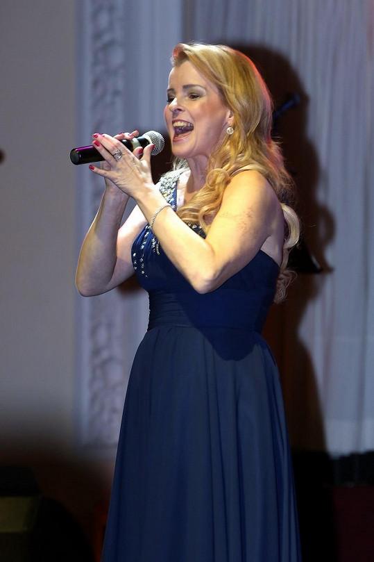 Iveta Bartošová zazpívala v Karlových Varech.