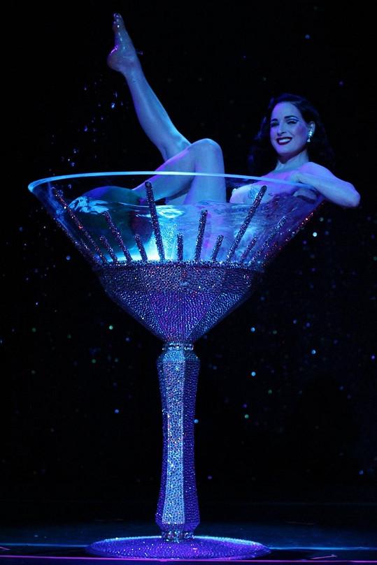 Von Teese se koupe v šampaňském...