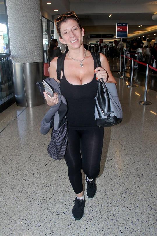 Sarah Jay na letišti poutala pozornost svým tílkem.