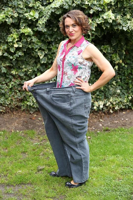 Do starých kalhot by se Catherine vešla dvakrát.