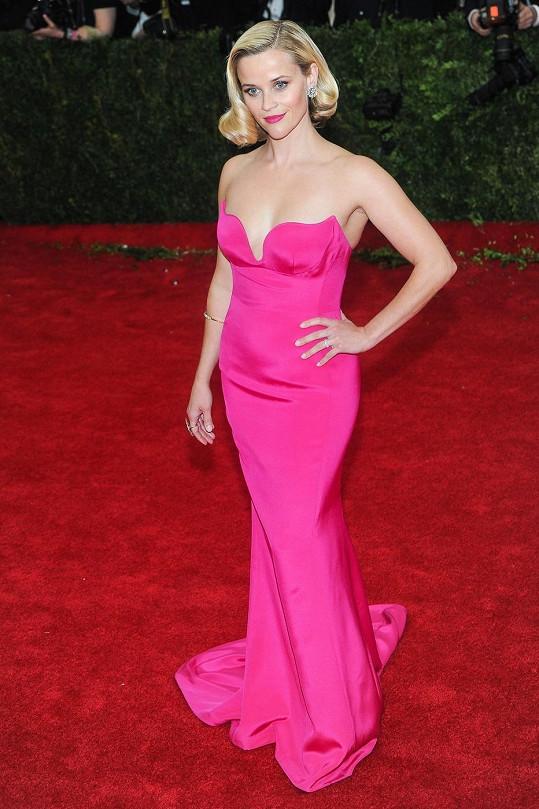 Návrhářka Stella McCartney oblékla tento večer i Caru Delevingne a Kate Bosworth, ale tento svítivě růžový model bez ramínek odkazující na ikonu Marilyn Monroe, který oblékla Reese Witherspoon, je prostě skvostný.