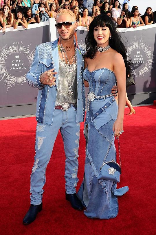 Do této rubriky páry nezařazujeme, v tomto případě jsme ale museli udělat výjimku, protože Katy Perry a Riff Raff se zřekli jakékoli originality a oblékli jeanovou kreaci od Versaceho, kterou na stejném udílení cen předvedl tehdy zlatý americký pár Britney Spears a Justin Timberlake.