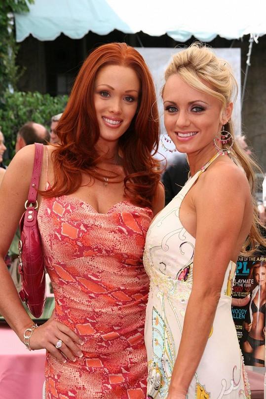 Cassandra na snímku z roku 2007 s další Playmate Christine Smith