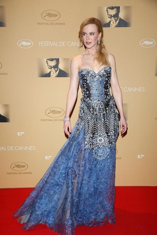 """Všechny zajímalo, co si oblékne Nicole Kidman na očekávanou premiéru snímku """"Grace"""". Nakonec zvítězil model z jarní kolekce Armani Privé. Dovedeme si představit, že tyto skvostné pomněnkově modré šaty zdobené stříbrem ji musely táhnout k zemi a výrazné diamantové šperky Harry Winston to neulehčily."""