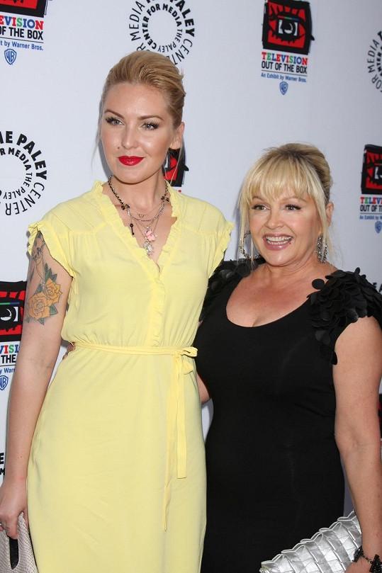 Její matka ztvárnila Lucy v seriálu Dallas.