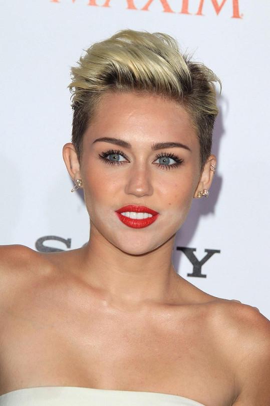 Barevná nesladěnost pleti na dokonalosti líčení Miley Cyrus jistě dost ubrala.