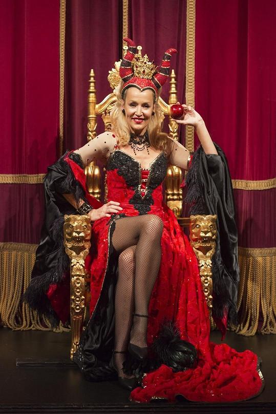 Hall hraje zlou královnu v divadelní hře Sněhurka a sedm trpaslíků.