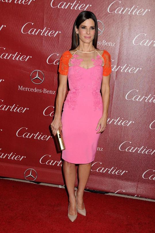 Sandra Bullock zazářila v růžových šatech.