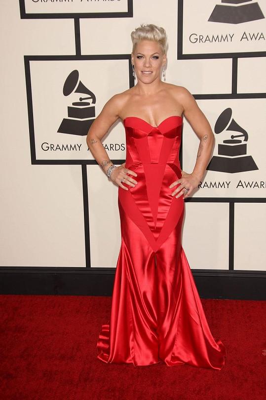 Pink se měla aspoň pro nedělní večer přejmenovat na Red. Maskulinní rockerka se korzetovým šatům jindy vyhýbá obloukem, ale tento vtipně střižený model Johanna Johnson s decentními detaily na ní vypadá tak přirozeně, jako by se v něm narodila.