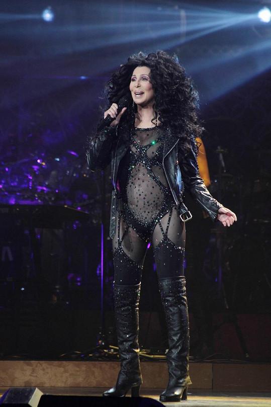 V tomto erotickém kostýmu se Cher snažila vrátit čas.