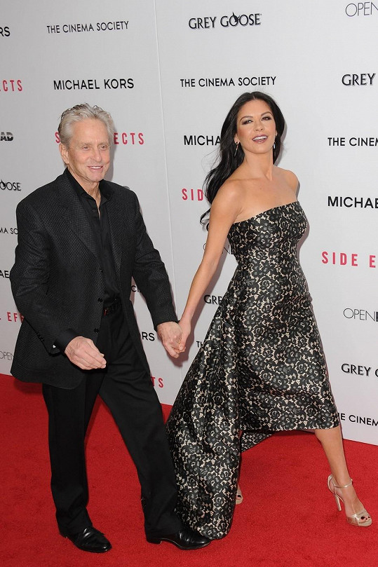 Michael Douglas doprovodil svou ženu na newyorskou premiéru jejího nejnovějšího filmu Vedlejší účinky.
