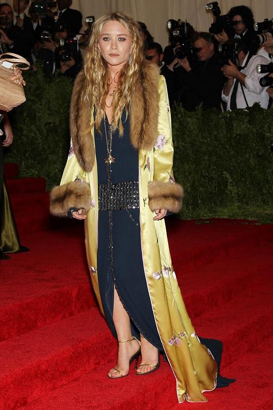 Designérka Mary-Kate Olsen dala tentokrát přednost pohodlí a dorazila v něčem, co připomínalo koupací plášť.