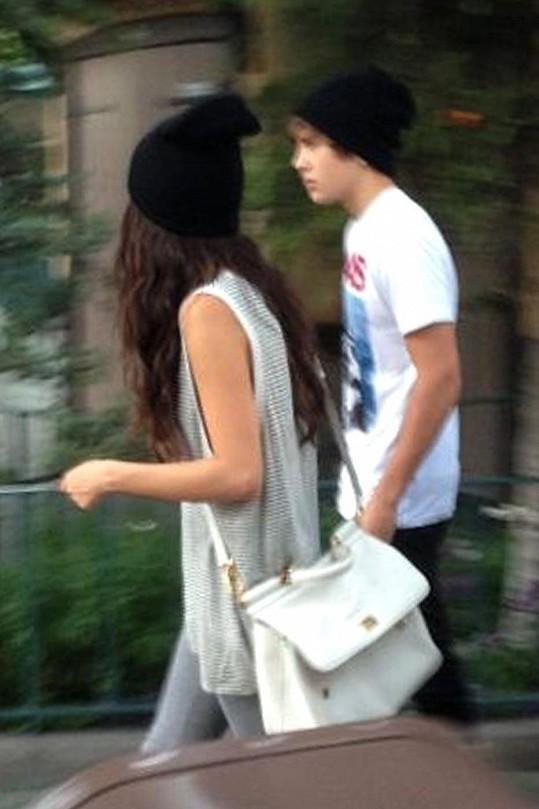 Selena Gomez s Austinem Mahonem, který je z dálky od Biebera k nerozeznání.