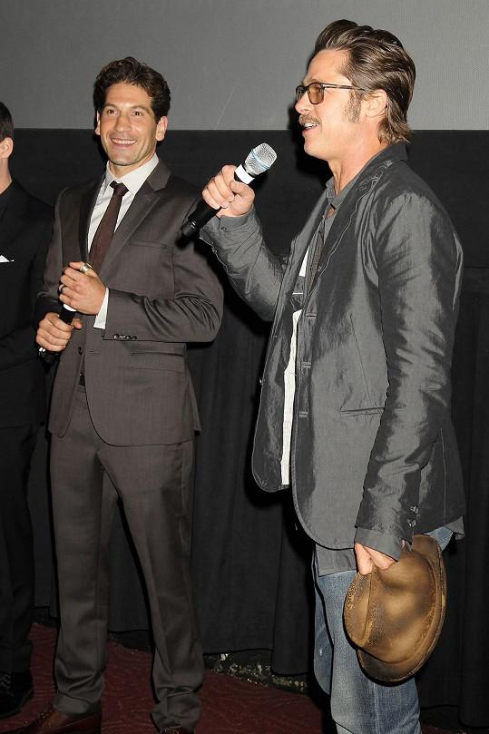 Jon momentálně propaguje s Bradem Pittem jejich nový film Železná srdce.