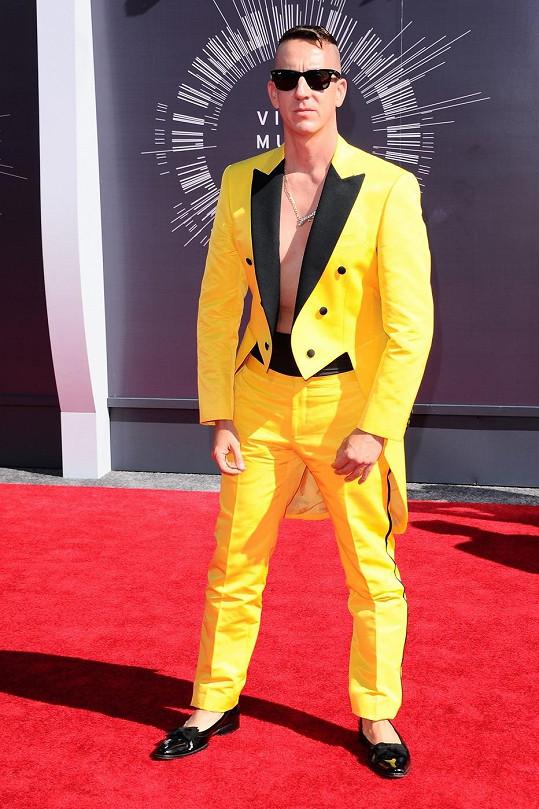 Pokud měla Charli XCX vypadat jako vosa, tak autor tohoto modelu Jeremy Scott nepřipomínal ve žlutém smokingu nikoho jiného než motýla Emanuela.
