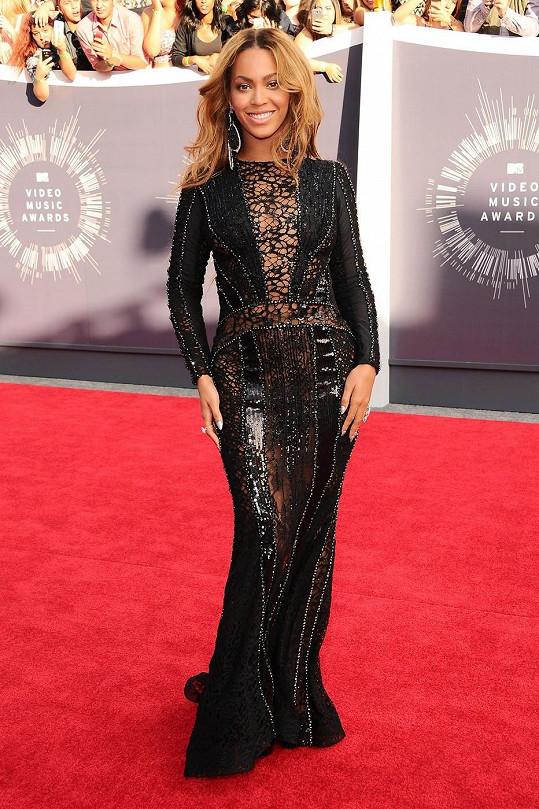 I Beyoncé Knowles se zřekla okázalých výstředností a přešla na krejčovskou temnou stranu. V couture modelu od Nicolase Jebrana s dlouhým rukávem a výstřihem krytým krajkovou pavučinou rozehrála popová diva hru na schovávanou. Hlavní roli v jejím outfitu pak hrály masivní náušnice Lorraine Schwartz.