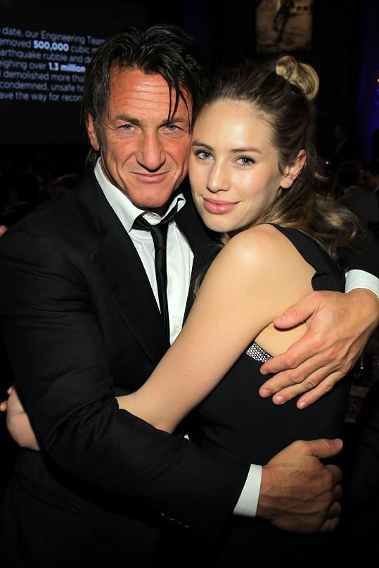Na snímku se svým otcem Seanem Pennem